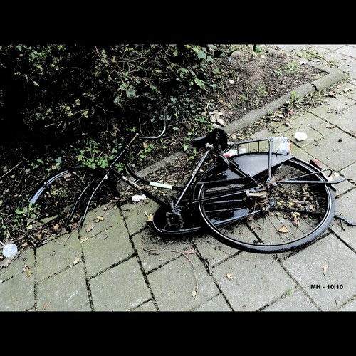 Cartoon: MH - The Wounded Victim (medium) by MoArt Rotterdam tagged rotterdam,bike,bicycle,fiets,fietswrak,wreck,victim,slachtoffer,wounded,gewond,zonderwiel